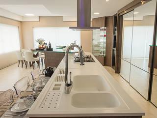 Residência integrada, discreta e alegre! Cozinhas modernas por Élcio Bianchini Projetos Moderno