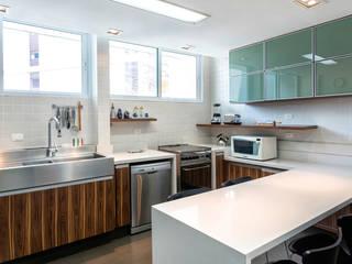 Apartamento Ministro Godói: Cozinhas  por Natalia Necco Arquitetura