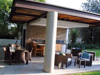 Balcones y terrazas modernos de InteriorEs Silvana McColgan Moderno