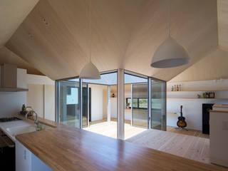 Modern dining room by 安部秀司建築設計事務所 Modern