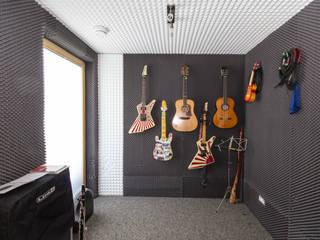 Haus OM in Seelbach: moderner Multimedia-Raum von Schuler Architekten