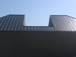 Dom z wycięciem w dachu Minimalistyczne domy od INOSTUDIO Minimalistyczny