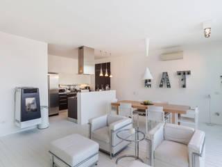 Zona cucina e soggiorno: Soggiorno in stile in stile Moderno di Photographer Gabriele Sotgiu
