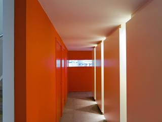 Nowoczesny korytarz, przedpokój i schody od VHS Architecten Nowoczesny