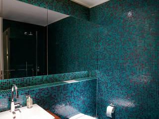 Baños de estilo minimalista por hmarchitekten