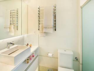 Novo e descolado. Banheiros modernos por C. Arquitetura Moderno