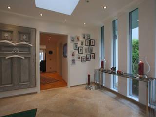 Pasillos, vestíbulos y escaleras de estilo moderno de ELK Fertighaus GmbH Moderno