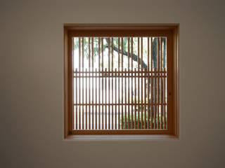 出格子内観: 一級建築士事務所 ヒモトタクアトリエが手掛けた窓です。