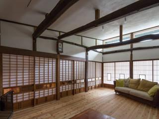 築100年の古民家再生 リビング障子: 【快適健康環境+Design】森建築設計が手掛けたリビングです。