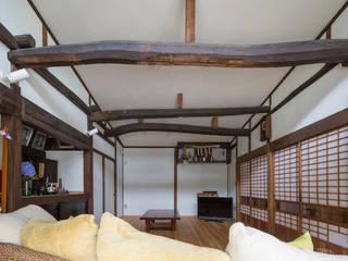 築100年の古民家再生 リビング正面: 【快適健康環境+Design】森建築設計が手掛けたリビングです。