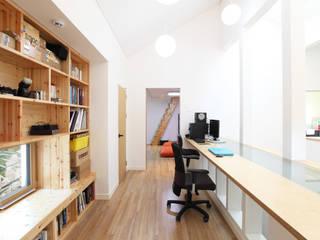 2층 유리테이블 서재: 주택설계전문 디자인그룹 홈스타일토토의  서재 & 사무실,모던
