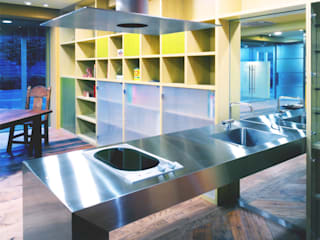 ステンレス製のオリジナルキッチン: ユミラ建築設計室が手掛けたキッチンです。