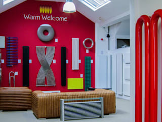 UK's largest radiator showroom Espaces commerciaux modernes par Feature Radiators Moderne