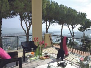 Antichità ed esotismo convivono in una villa sulle coste del lago d'Averno di PDV studio di progettazione Moderno