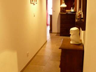 AGENCEMENT D'UN APPARTEMENT: Couloir et hall d'entrée de style  par AGENCE JP BARET
