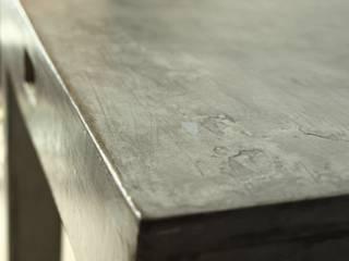 Effet béton ciré vieilli sur meuble en carton par Karton de Breizh ®:  de style  par Karton de Breizh