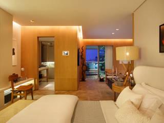 BC Arquitetos モダンスタイルの寝室