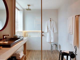 SUÍTE DO EXECUTIVO CASA COR 2013: Banheiros  por BC Arquitetos ,