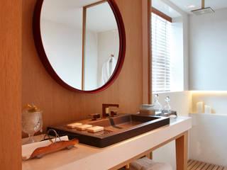 SUÍTE DO EXECUTIVO CASA COR 2013: Banheiros  por BC Arquitetos ,Moderno