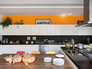 Modern kitchen by BC Arquitetos Modern