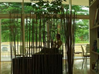 Espaces commerciaux de style  par 山越健造デザインスタジオ Kenzo Yamakoshi Design Studio