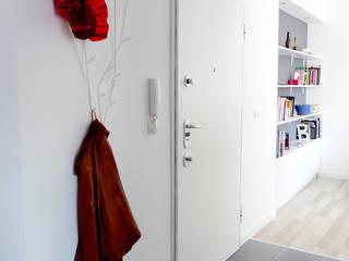 44m2 dla dwójki! Skandynawski korytarz, przedpokój i schody od idea projekt Skandynawski