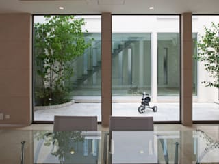 k邸 光庭を回遊し家族の気配が感じられる家 モダンデザインの ダイニング の 依田英和建築設計舎 モダン