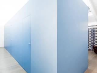 the blue whale: Ingresso & Corridoio in stile  di 23bassi studio di architettura