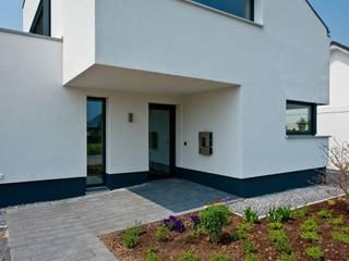 Eingangsbereich: moderne Häuser von Sommer Passivhaus GmbH