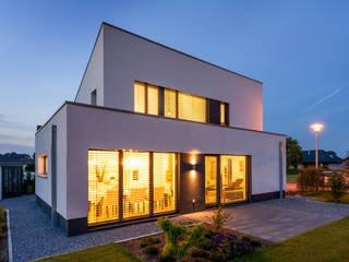 Illumination: moderne Häuser von Sommer Passivhaus GmbH