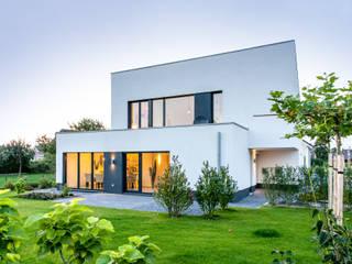 Gartenansicht: moderne Häuser von Sommer Passivhaus GmbH
