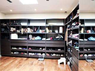 Classic style dressing room by Estudio Arqt Classic