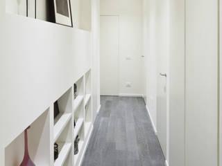 bdastudio Minimalistyczny korytarz, przedpokój i schody