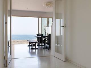 Mediterranean corridor, hallway & stairs by 有限会社タクト設計事務所 Mediterranean