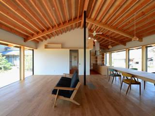 「林の中に住む。」: 丸山晴之建築事務所が手掛けたリビングです。,オリジナル