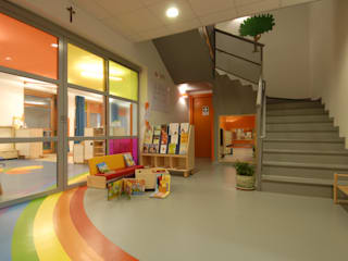 asilo nido Scanzorosciate (bg) Ingresso, Corridoio & Scale in stile moderno di Marchingenio srl Moderno