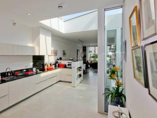 Herbestemmen productieloods tot appartement Moderne keukens van OX architecten Modern