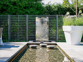 Pool and water wall Barnes Walker Ltd Giardino moderno