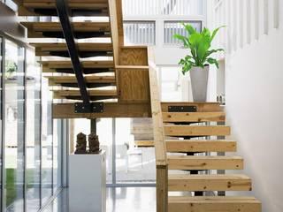 Betonmöbel: moderner Flur, Diele & Treppenhaus von Sachs-Betonmöbel