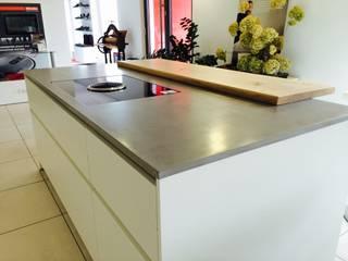 Betonmöbel: moderne Küche von Sachs-Betonmöbel