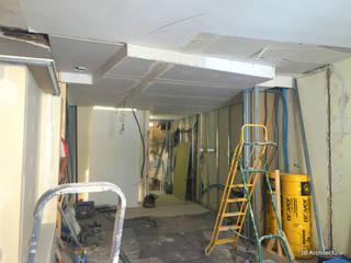 Chantier - L'espaace de vie gagne en profondeur et le plafond figure petit à petit les espaces. :  de style  par 3B Architecture