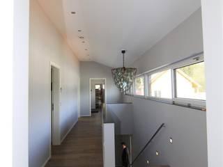 Pasillos, vestíbulos y escaleras de estilo moderno de Architekturbüro Ketterer Moderno
