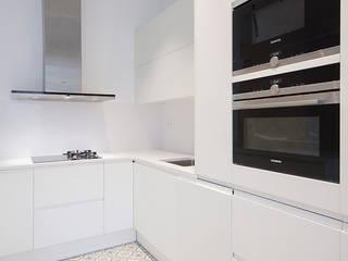 Reforma integral en calle Salvà de Barcelona Cocinas de estilo moderno de Grupo Inventia Moderno