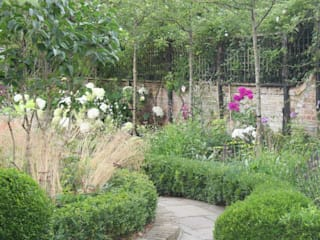 Chiswick Mall garden: classic Garden by Ruth Willmott