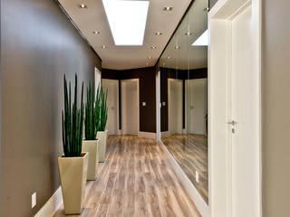 Modern Corridor, Hallway and Staircase by Espaço do Traço arquitetura Modern