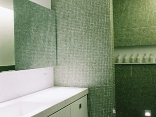 Modern Bathroom by Flavia Lucas & Adriana Esteves - Arquitetura Modern