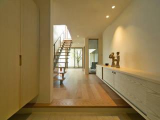 Стены и пол в стиле модерн от アーキシップス古前建築設計事務所 Модерн