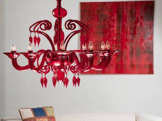 Lampadario moderno rosso in vetro - DOLFIN: Soggiorno in stile  di YourMurano Lighting