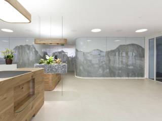 Umbau Raiffeisenbank Walenstadt:  Geschäftsräume & Stores von Fäh Architektur