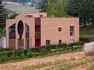 Casa sulla collina parmense: Case in stile in stile Moderno di Arch. Gianluca Mora